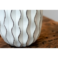 Vase blanc en céramique texturée, 7.5 x 5 x 5''