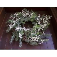 Couronne de pin glacé avec baies blanches, 24''