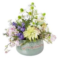 Arrangement de fleurs artificielles, tons pastels