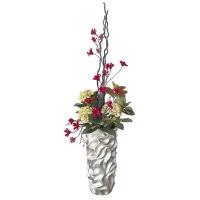 Arrangement d'hydrangées et petites fleurs rouges